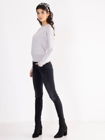 Jednostavan svetlo sivi džemper