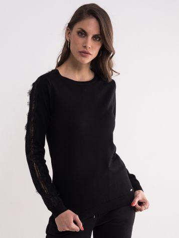 Crni džemper sa detaljima na rukavima