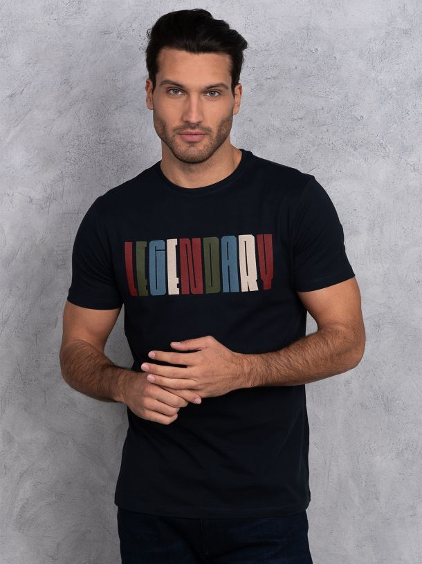 Majica sa šarenim natpisom