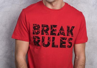 Crvena majica sa crnim natpisom
