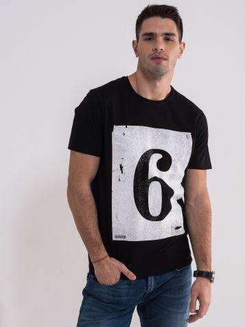 Crna majica na brojem 6