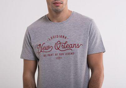 Siva majica sa crvenim natpisom