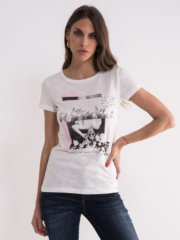 Bela majica sa crnom slikom